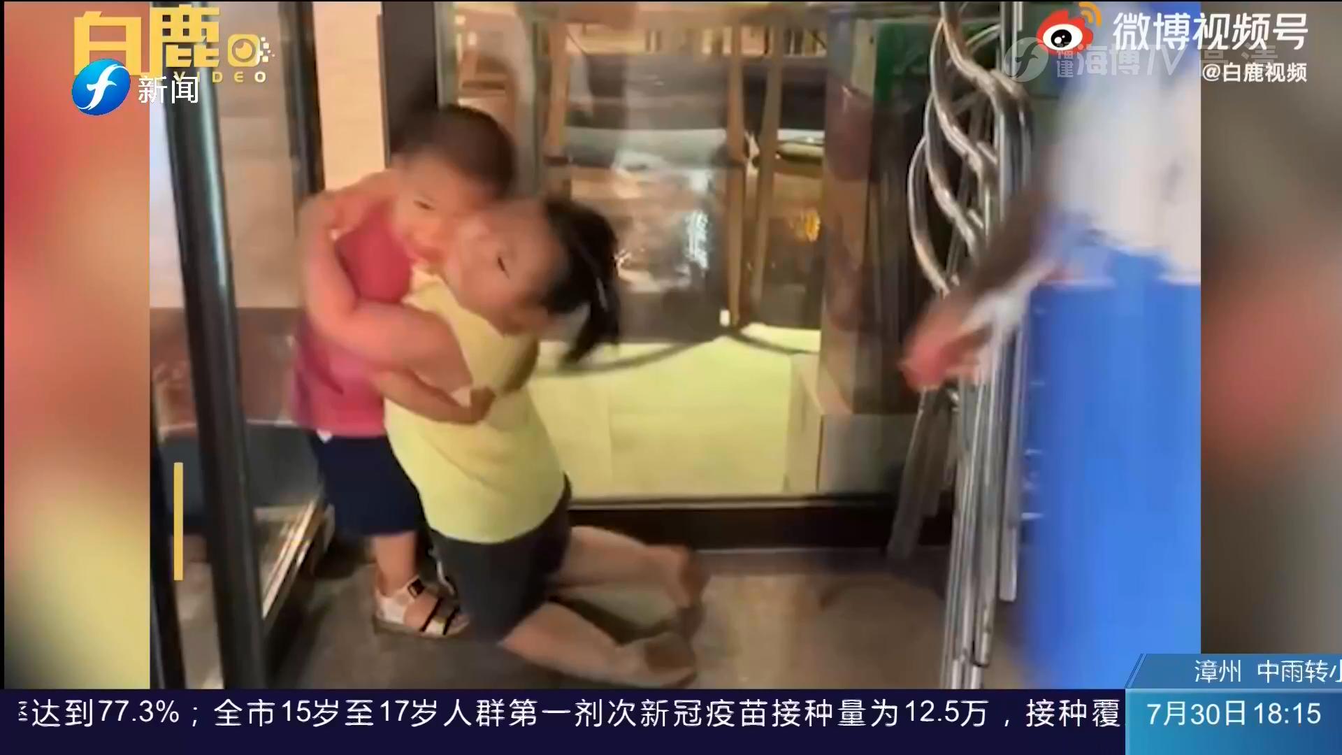 好沉的爱!2岁萌娃拍合影秒变摔跤现场
