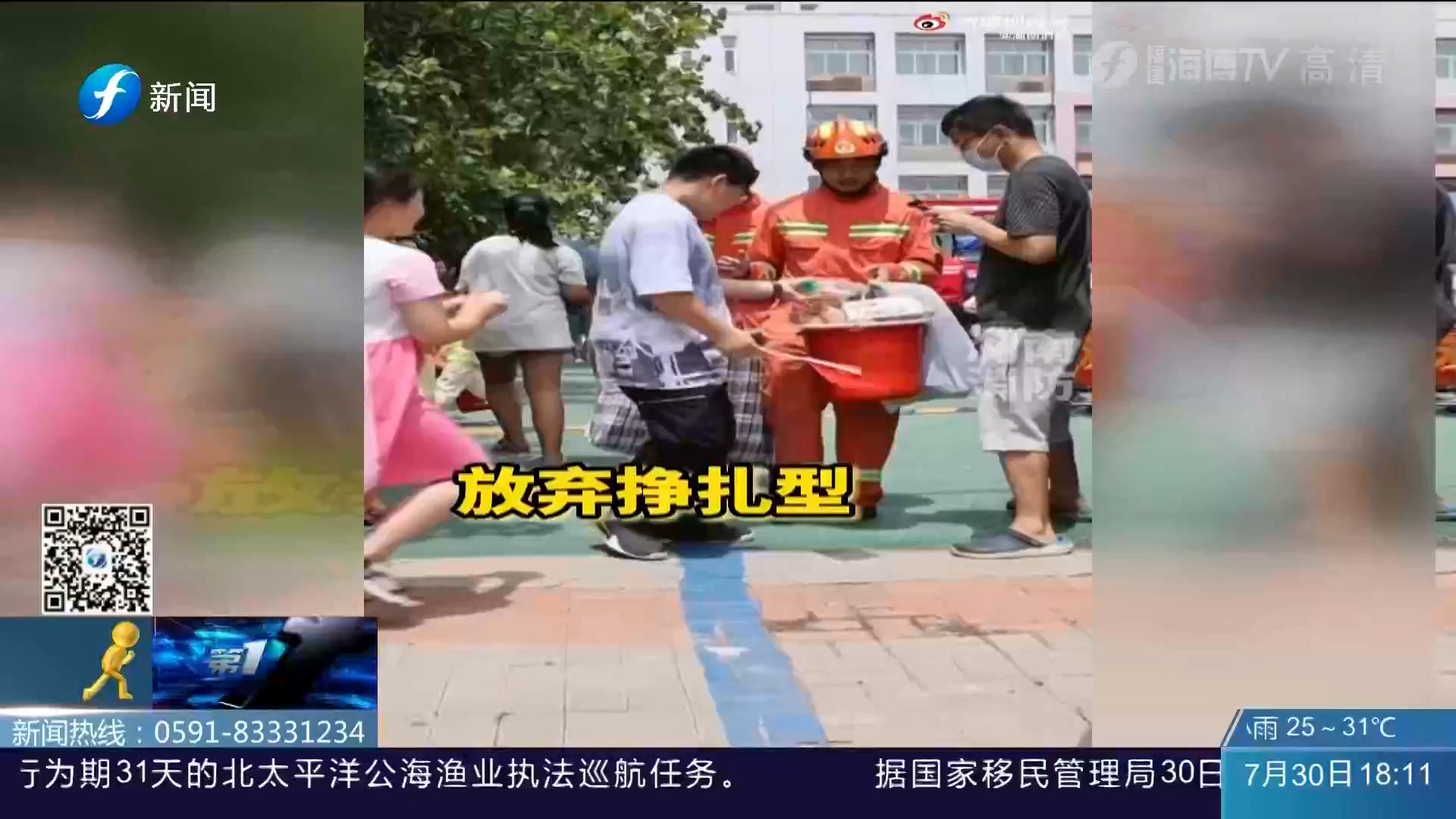 """感谢!消防员转战新乡 郑州市民争先恐后""""投喂"""""""
