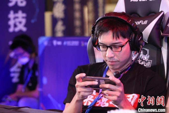 台湾青年郭屹凡在电竞比赛中。 海霞 摄