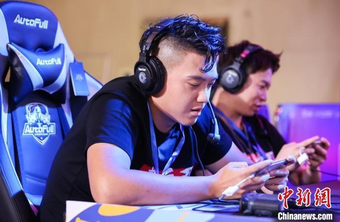 台湾青年刘宗鑫(左前)和台湾青年林扬杰(后)在参赛中。 海霞 摄